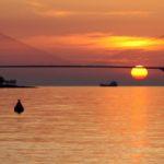 Η γέφυρα με φόντο το σαγηνευτικό ηλιοβασίλεμα