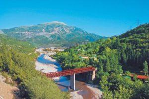 Η εντυπωσιακή μεταλλική γέφυρα Μπανιά στον Εύηνο ποταμό