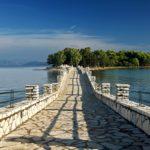 Το γραφικό νησάκι της Κουκουμίτσας και το ξωκλήσι του Αγίου Νεκταρίου