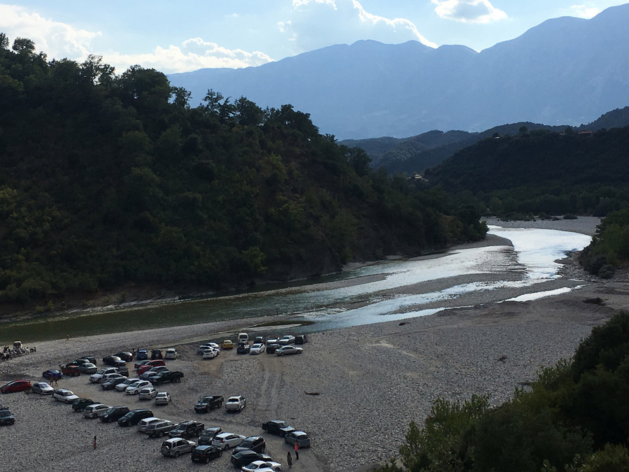 Φωτογραφία που δόθηκε σήμερα στη δημοσιότητα και εικονίζει γενική άποψη του Αχελώου ποταμού. Ανάμεσα στα κορφοβούνια των Αγράφων, του Βάλτου και των Φρουσίων ορέων, υπάρχει μία διαφορετική πρόταση για τον ταξιδευτή, τον περιηγητή, που αναζητά να ανακαλύψει τα μυστικά των βουνών. Πρόκειται για την κοιλάδα του Αχελώου, που αποτελεί και το φυσικό όριο των Νομών Άρτας, Αιτωλοακαρνανίας και Ευρυτανίας και Καρδίτσας. Ψάρεμα και κολύμπι στο ποτάμι σε 700 μέτρα υψόμετρο, οικισμοί που ξεφυτρώνουν μέσα από τα έλατα, θρησκευτικά μνημεία και ιστορικές τοποθεσίες, συμπληρώνουν έναν οδηγό περιήγησης, που αξίζει να ακολουθήσει ο επισκέπτης. Η περιοχή, απέχει περίπου 65 χιλιόμετρα από τις πόλεις της Άρτας, της Καρδίτσας, του Αγρινίου και του Καρπενησίου, όμως το φυσικό κάλος της διαδρομής, εκμηδενίζει τις αποστάσεις. Τον ποταμό Αχελώο, αποκαλούν οι ντόπιοι και Ασπροπόταμο η Άσπρο, γιατί τα νερά του τρέχουν πάνω σε άσπρα βότσαλα. Ανάμεσα στις πλαγιές των βουνών με το ιστορικό φορτίο, ο ποταμός σχηματίζει «μικρές παραλίες» ,που πάντα χαρίζουν ανάσες δροσιάς στους κατοίκους των χωριών και ειδ