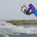 Οι εντυπωσιακές φιγούρες των kitesurfers στο Διόνι Κατοχής