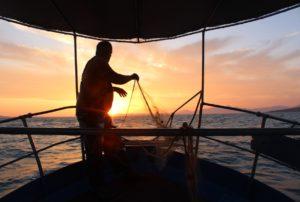 Ψαρεύοντας τον «χρυσό» του Αμβρακικού που θρέφει εκατοντάδες οικογένειες