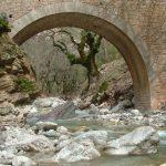Το πέτρινο γεφύρι στη Διποταμιά Γιδομανδρίτη στο ορεινό Θέρμο