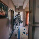 Το ιδιαίτερο έθιμο στην Βόνιτσα με τους καβαλάρηδες που μπαίνουν στα σπίτια!