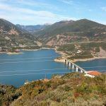 Ψηλόβραχος Τριχωνίδας: Το ιστορικό χωριό με την μαγευτική θέα στη λίμνη