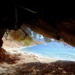 Ένα σπήλαιο δίπλα στη θάλασσα σε παραλία του Μύτικα