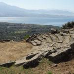 Το αρχαίο θέατρο Μακύνειας με την ειδυλλιακή θέα στην Γέφυρα Ρίου-Αντιρρίου