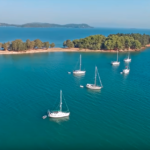 Το κοσμοπολίτικο ελληνικό νησάκι που πας με τα πόδια βρίσκεται στην Αιτωλοακαρνανία!