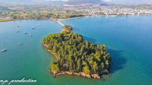 Κουκουμίτσα: Η πευκόφυτη νησίδα της Βόνιτσας από ψηλά!