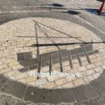 Ναύπακτος: To σήμα της πόλης στο οδόστρωμα του λιμανιού