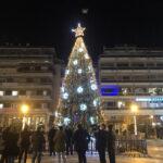 Φωταγωγήθηκε το Χριστουγεννιάτικο δέντρο στην κεντρική πλατεία του Αγρινίου