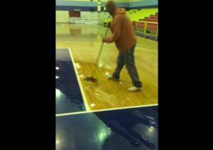 Πλημμύρισε το γήπεδο μπάσκετ του Μεσολογγίου, έβγαζαν το νερό με σκούπες οι άνθρωποι της ομάδας