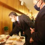Ο Λιβανός κέρασε με εδέσματα από την Αιτωλοακαρνανία τον Πρωθυπουργό