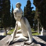 Η Παιδούλα, μια Ελληνοπούλα από την Γαλλία στο μνημείο του Μάρκου Μπότσαρη στον Κήπο των Ηρώων