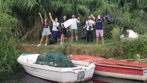 Δυναμικό «παρών» έδωσαν οι εθελοντές καθαρίζοντας τις όχθες της Λίμνης Τριχωνίδας